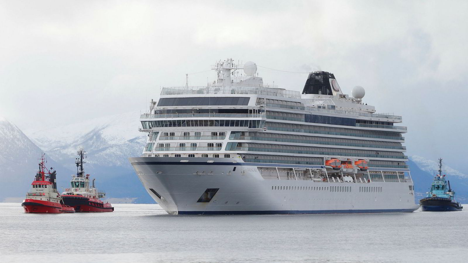 En rekke rederier har bestilt luksuscruiseskip for over 100 milliarder kroner. Blant dem er Torstein Hagens Viking Cruises, her med Viking Sky som ankommer Molde etter problemene som oppsto ved Hustadvika.