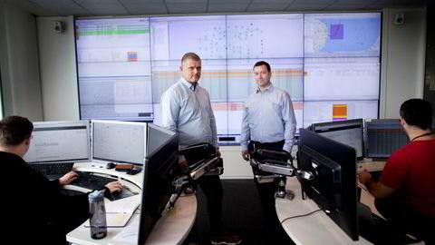 Cato Lammenes og Anders Tysdal er begge i ledelsen av fiberselskapet Tampnet. Her står de inne på kontrollrommet omgitt av systemingeniørene Daniel Eide til venstre og Thomas Valbuena til høyre.