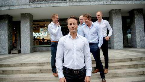Henrik Krefting (midten til høyre) må gå fra Runar Vatnes (foran) investeringsselskap etter svake resultater. Fra venstre i bakgrunnen er Tor Vegar Vatne, Jens Borge Andersen og Helge Rognerud.