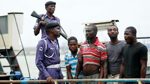 Pirater har igjen slått til utenfor kysten av Nigeria. Bildet viser mistenkte pirater som ble arrestert i Nigeria i 2013.