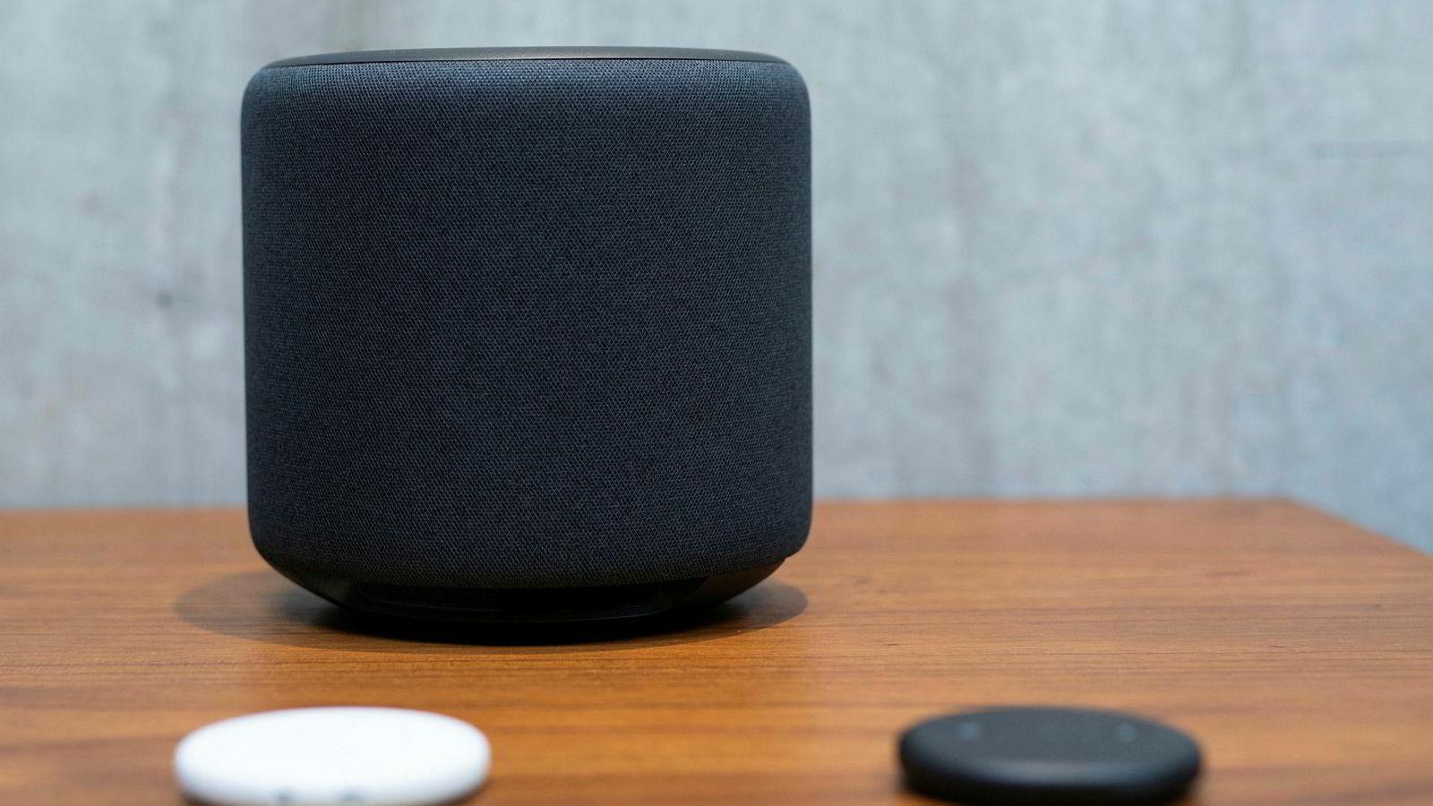 Amazons Echo, boksen som inneholder talegjenkjenningssystemet Alexa, sklir inn i hjemmet med sin nøytrale design.