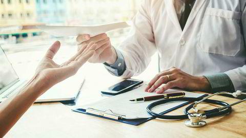 Legene har dårligere innsikt i hvordan den enkelte arbeidstager fungerer på jobb enn arbeidsgivere og ledere som ser den ansatte hver dag. La legene slippe ansvar for lange sykemeldinger.