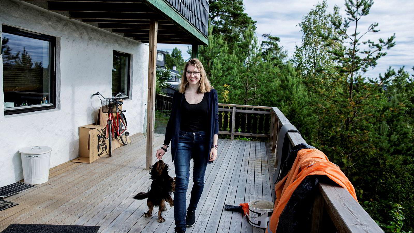 Onsdag kom svaret fra Samordna opptak. Julie Eldøy (22) har søkt informatikkstudiet digital økonomi og ledelse ved UiO, og kommet inn. Her hjemme i Oppegård sammen med hunden Pondus.