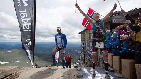 En lykkelig Allan Hovda idet han går i mål på toppen. Foto: Dag Oliver/NXTRI