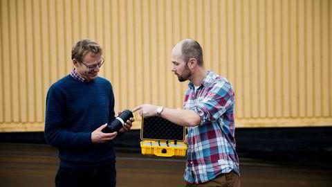 Bitte små sensorer som kan plasseres inne i levende fisk er blitt millionbutikk for selskapet Thelma Biotel. Per Gunnar Kjeldsberg (til venstre), NTNU-professor og kaffearving i Kjeldsberg, er største eier, mens Erik Høy er daglig leder i gasellebedriften.