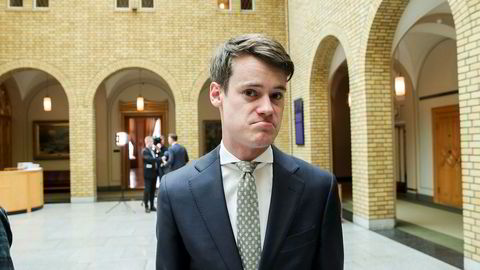 Tore Storehaug (KrF) i vandrehallen på Stortinget. Han sier det lite rom for ytterligere skattelettelser etter regjeringens bompengeavtale.
