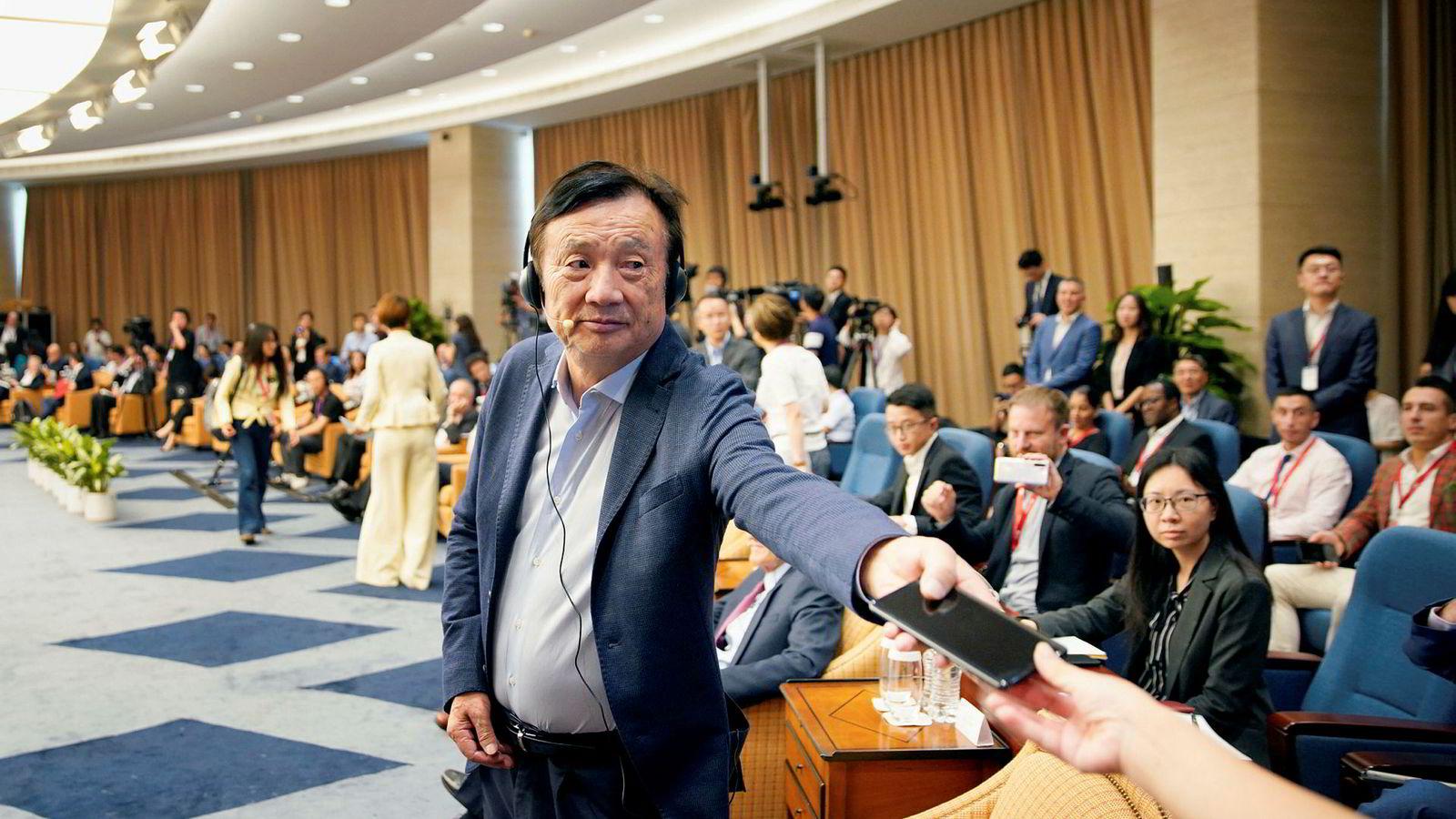 Huawei-grunnlegger Ren Zhengfei står bak Kinas største og viktigste teknologiselskap. Selskapet er en trussel – og forhandlingsbrikke – i handelskrigen mellom USA og Kina. Her fra en konferanse ved selskapets hovedkontor i sommer.