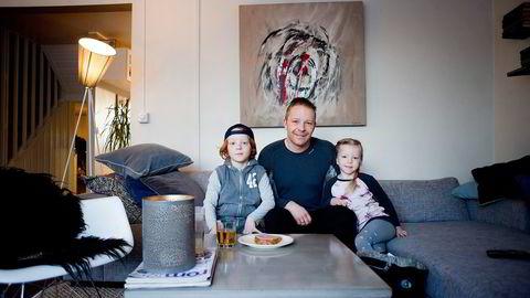 Tore Hoem Aa pleier å si til barna Jesper  Hoem og Mie Ingeborg Hoem at de har fått penger i gave, selv om det ikke ser ut som vanlige penger