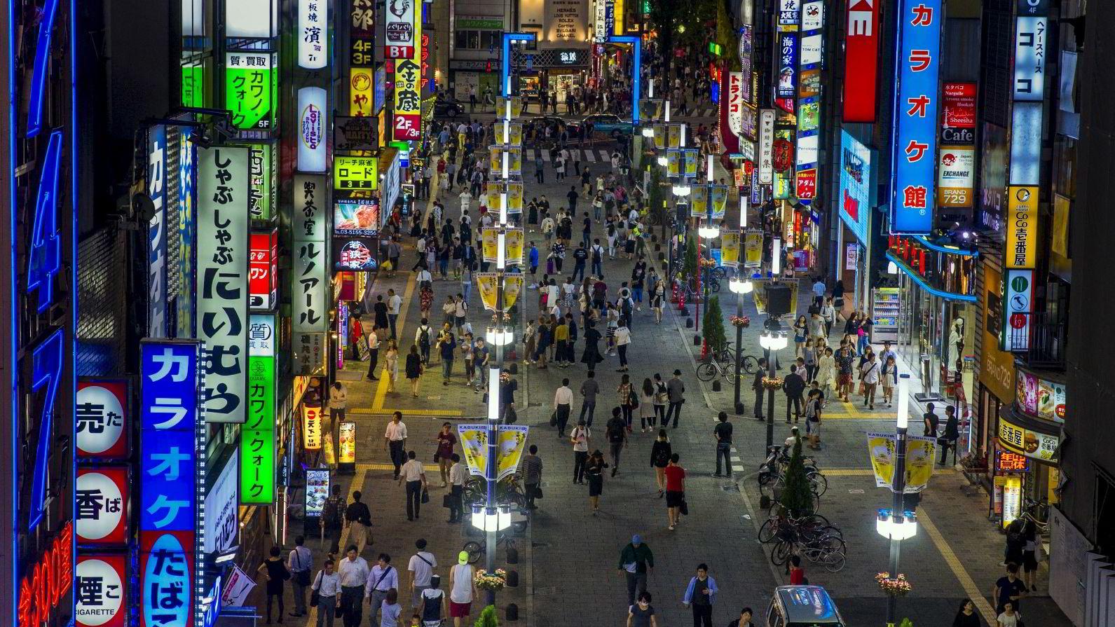 Japan klarer ikke å få fart på veksten. Nå spekuleres det på om såkalte helikopterpenger kan bli det neste utspillet, det vil i praksis si at befolkningen får «nytrykte penger rett i lomma». Foto: Thomas Peter/Reuters/NTB scanpix