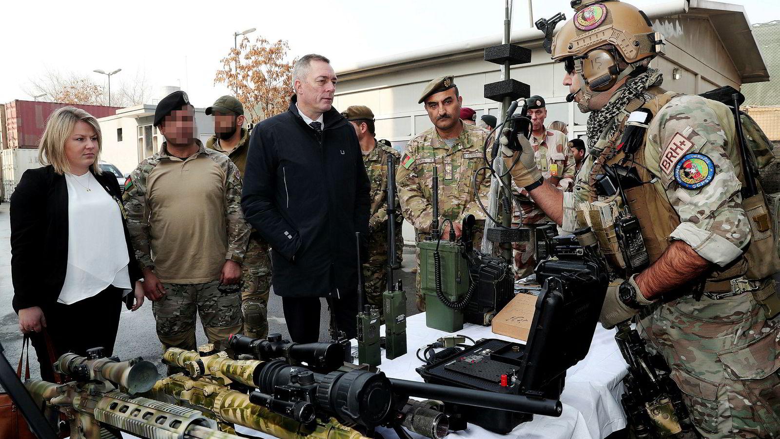 Forsvarsminister Frank Bakke-Jensen fikk i fjor tre tepper av presidenten, forsvarsministeren og sikkerhetsrådgiveren i Afghanistan. Her er han i Kabul i januar 2018 med CRU 222, som blir trent av norske spesialstyrker.
