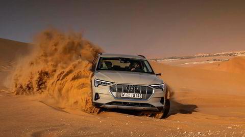 Audi kommer endelig ut av elbilbakevjen med sin E-tron. Her er elbilen på test i Abu Dhabi.