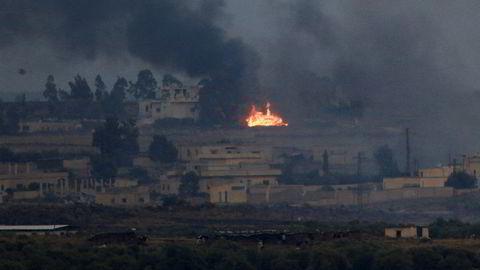 Røyk og ild fra kamper mellom regimevennlige styrker og opprørere i Sør-Syria onsdag, fotografert fra de israelskokkuperte Golanhøydene.