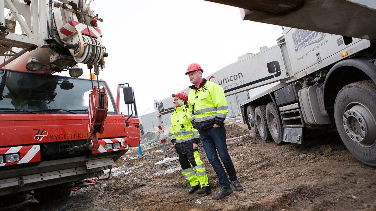 Ekteparet Monica og Torstein F. Iselvmo ute på en betongjobb bedriften gjør på Trondheim lufthavn Værnes.