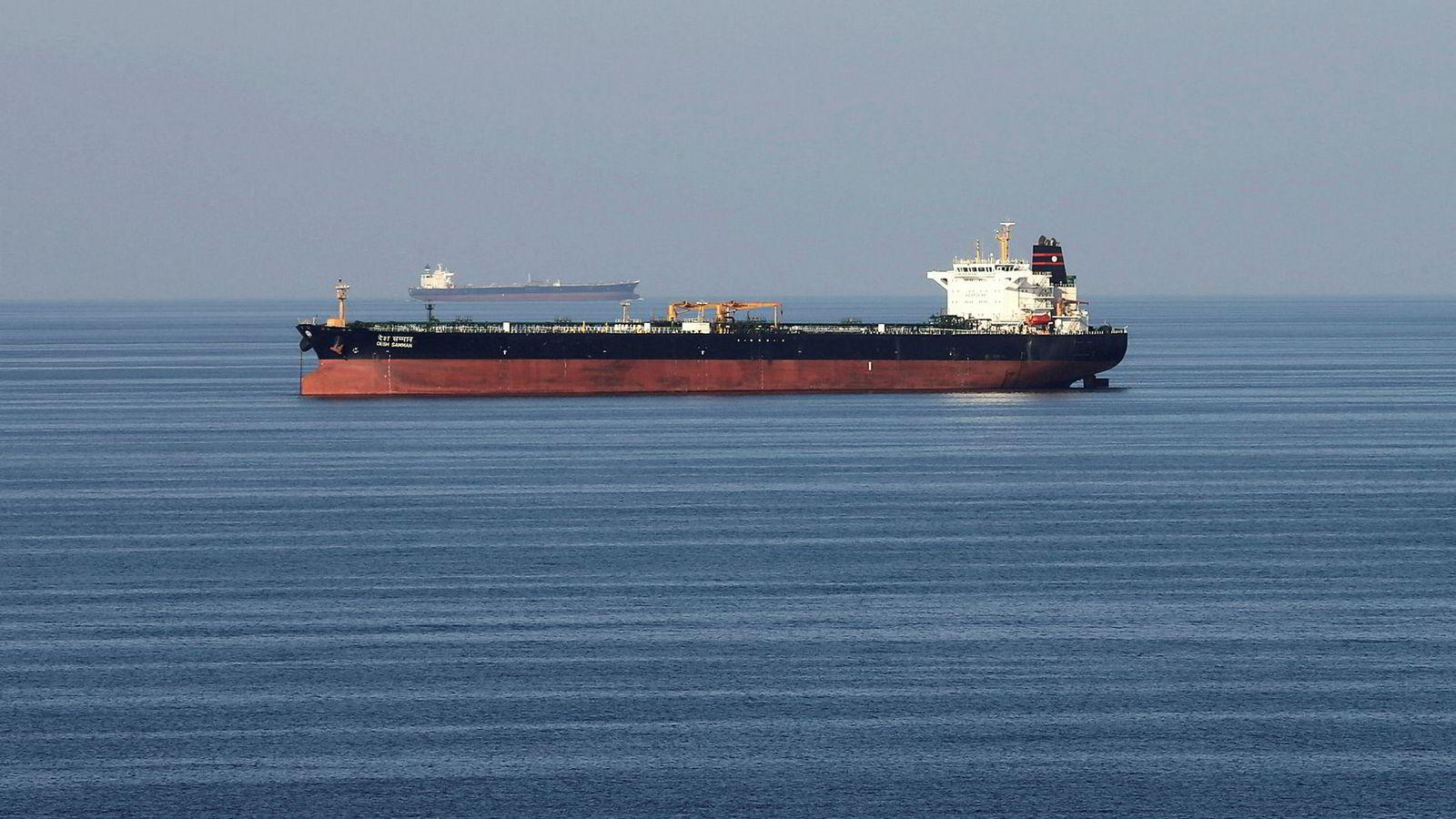 Fem båter som tilhører den iranske Revolusjonsgarden, forsøkte å ta en britisk oljetanker i arrest i Persiabukta onsdag. Bildet fra desember ifjor viser oljetankere som passerer Hormuz-stredet.