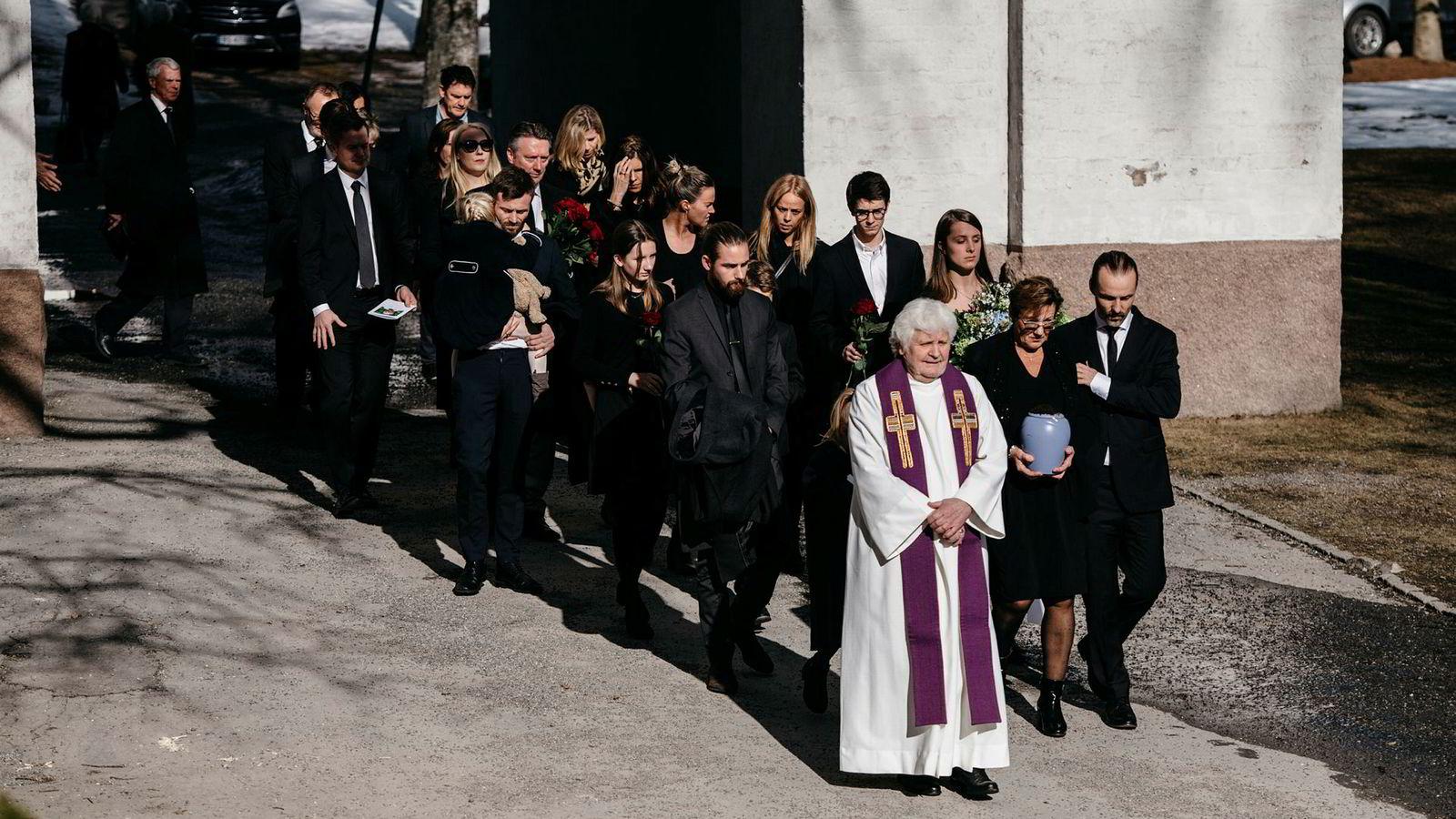 Knut Haaviks mangeårige partner, Solveig – mest kjent som Sol – gikk i front og bar urnen under bisettelsen til den tidligere Se og Hør-redaktøren i Ris kirke i Oslo i slutten av mars.