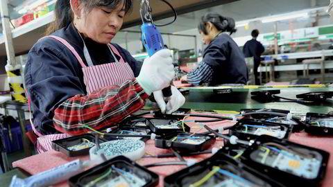 Handelskrigen mellom USA og Kina har rammet andre land hardt i Asia. Den økonomiske veksten og handelsveksten er nedjustert. Det kan bli verre hvis stridsøksen ikke begraves. Forhandlingene fortsetter i USA på torsdag.