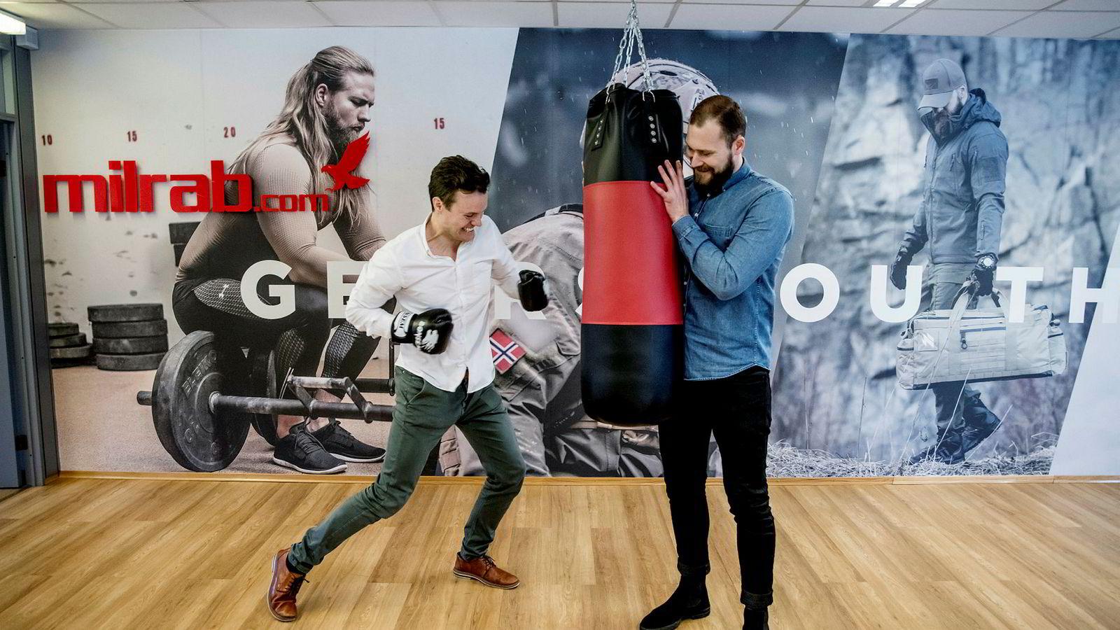 – I fjor hadde vi en omsetningsvekst på 50 prosent, sier gründer Finn Magnus Flesland Torall (til venstre) i netthandelsbutikken Milrab. Til høyre daglig leder Lars Andreas Grønningsæter Aglen.