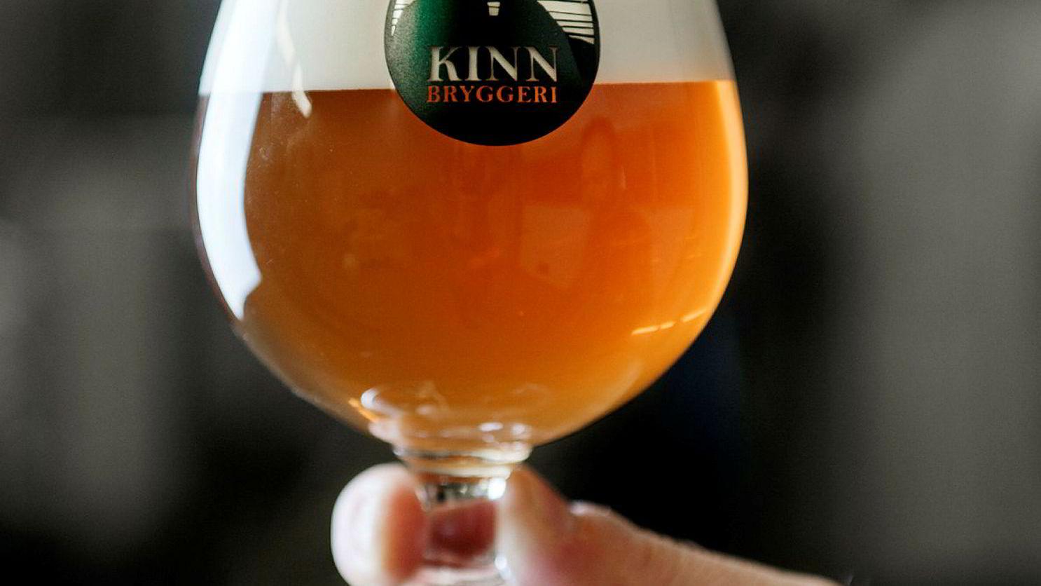 Nå kan avgiftene på øl fra småbryggerier bli lavere. Her et glass øl fra Kinn bryggeri i Florø.
