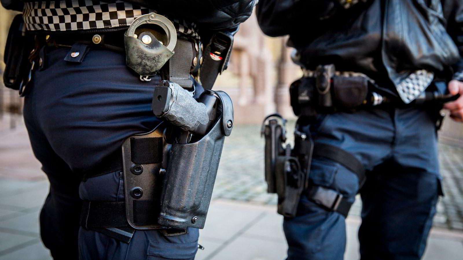 Det er ikke vanskelig å forstå hvorfor Politiets Fellesforbund er så hissig på at politifolk skal få lov til å bære våpen på heltid som en fast del av uniformen, skriver artikkelforfatteren. Foto: Erlend Aas /