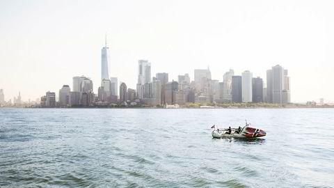 Til havs. Med ryggen til det store havet, ser Rune Malterud og Stian Aker Manhattan gradvis forsvinne.