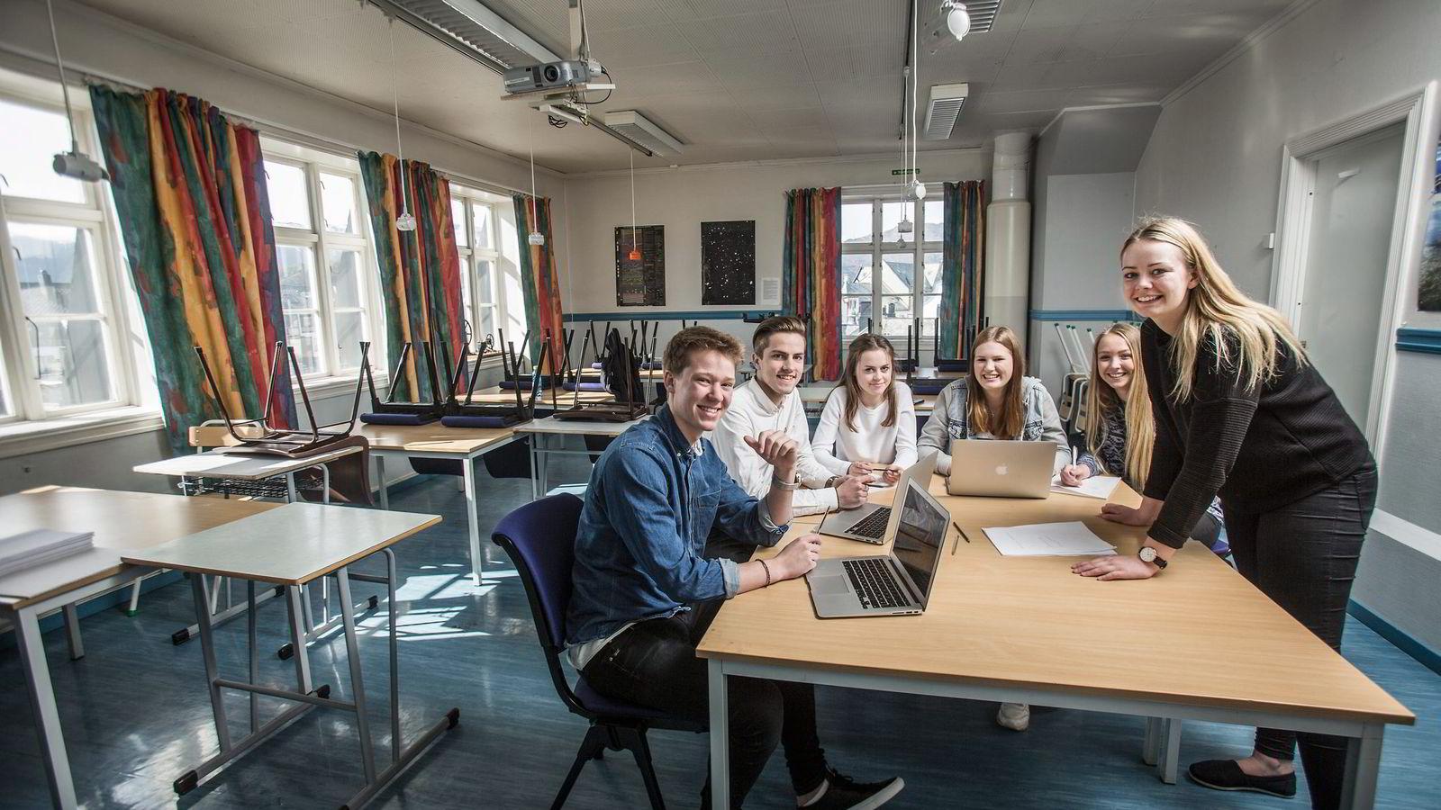 Håkon Avseth (fra venstre), Lennart Alnes, Lea Kristine Skrede, Malin Vedde, Solveig Bårdsnes og Reidun Eik Dyrkorn holder foredrag for foreldre om prestasjonspress.