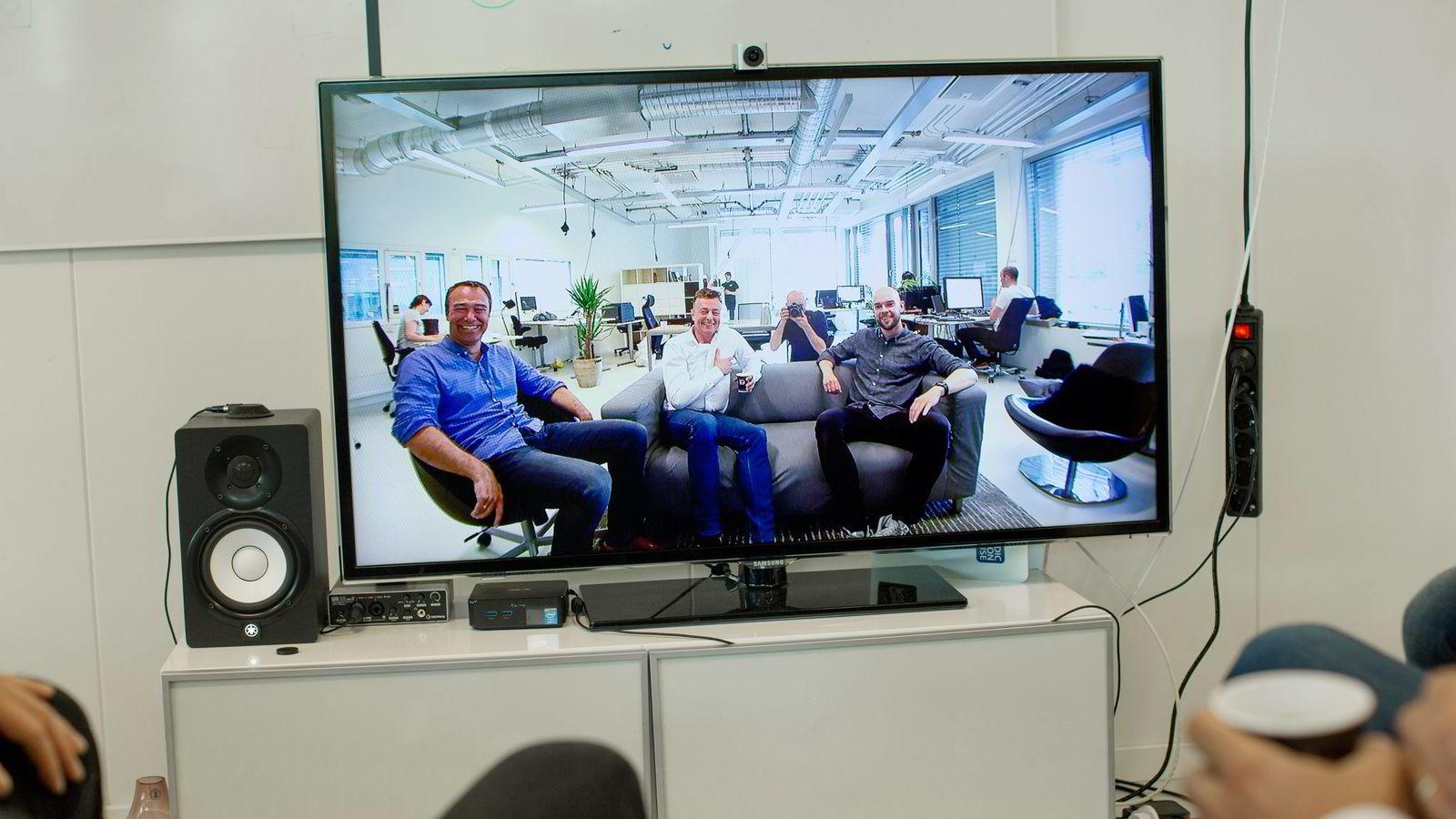 En liten dings på toppen av skjermen leverer video av gründer Anders Eikenes (fra venstre), administrerende direktør Thomas C. Holst og Stein Ove Eriksen, gründer. Mye settes inn på å skape gode bilder og rense lydbildet. Foto:
