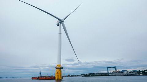 Mens energi- og miljøpolitikken tradisjonelt har vært preget av en vekst-vern-dimensjon, handler vindkraftutbyggingen om en «grønt mot grønt»-konflikt mellom klima og vern. Denne splitter aktørene i diskusjonen, inkludert den norske miljøbevegelsen. Her flytende vindmøller på Stord.