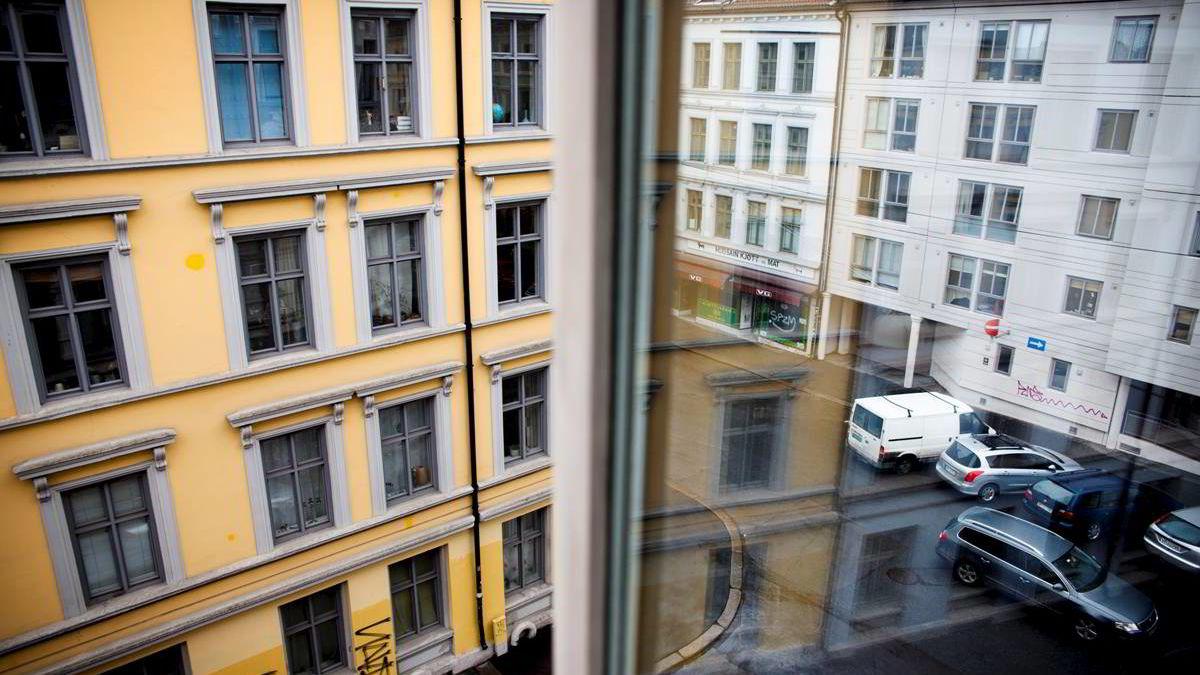 - Vi mener det svake boligmarkedet vil ha en betydelig negativ innvirkning på både boliginvesteringer og privat forbruk, som igjen vil dra ned BNP-veksten i Fastlands-Norge i 2014 og 2015, skriver Nordea Markets.