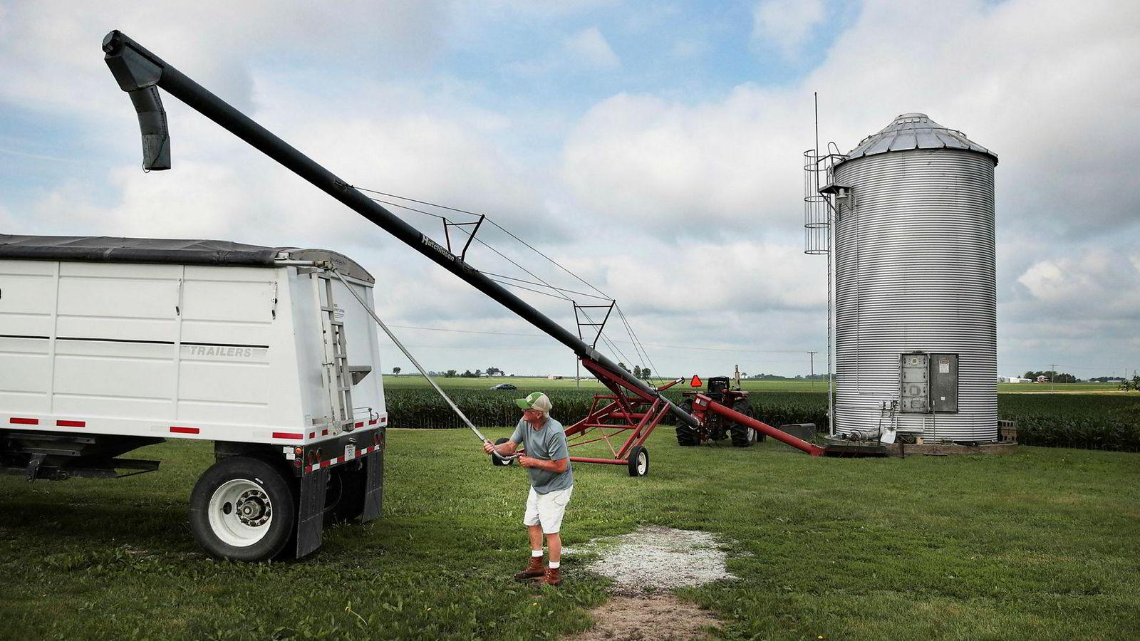 Kineserne har innført straffetoll på amerikanske soyabønner, som bonde John Duffy i Dwight i Illinois her laster over fra siloen.