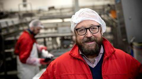 Carl-Erik Arnesen, administrerende direktør i Hav Line, retter kraftig skyts mot fiskeriminister Harald T. Nesviks forsøk på å stanse selskapet. Her fra mottaksanlegget i Hirtshals i Danmark.