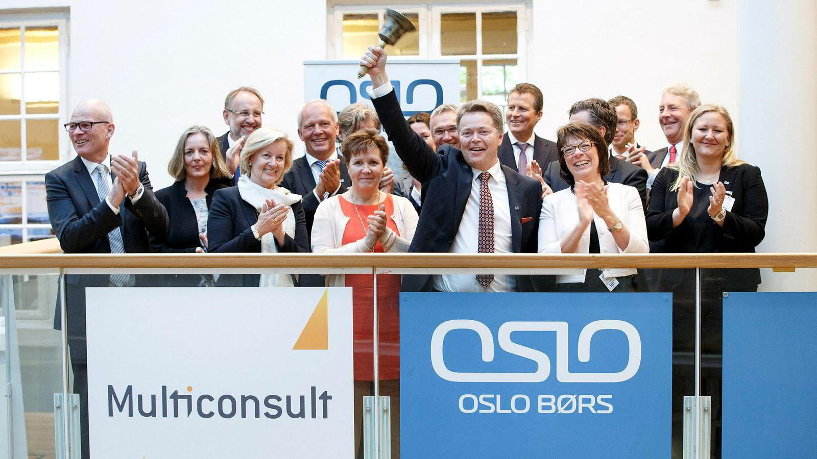Christian Nørgaard Madsen (med bjellen i hånden) går fredag av som konsernsjef i Multiconsult. Her fra børsnoteringen i 2015.