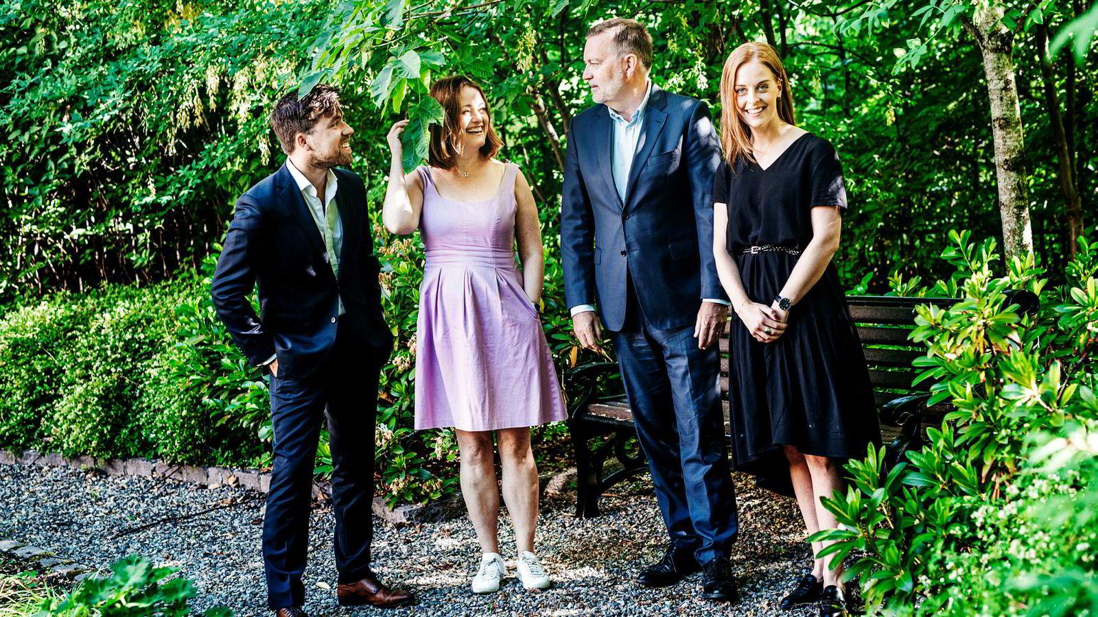 Christopher Wand (fra venstre), Karen Skjånes og Celine Gran fra Geelmuyden Kiese begynner alle å jobbe hos Jan-Erik Larsen (nummer to fra høyre) i pr-byrået Kruse Larsen når oppsigelsestiden deres har gått ut.