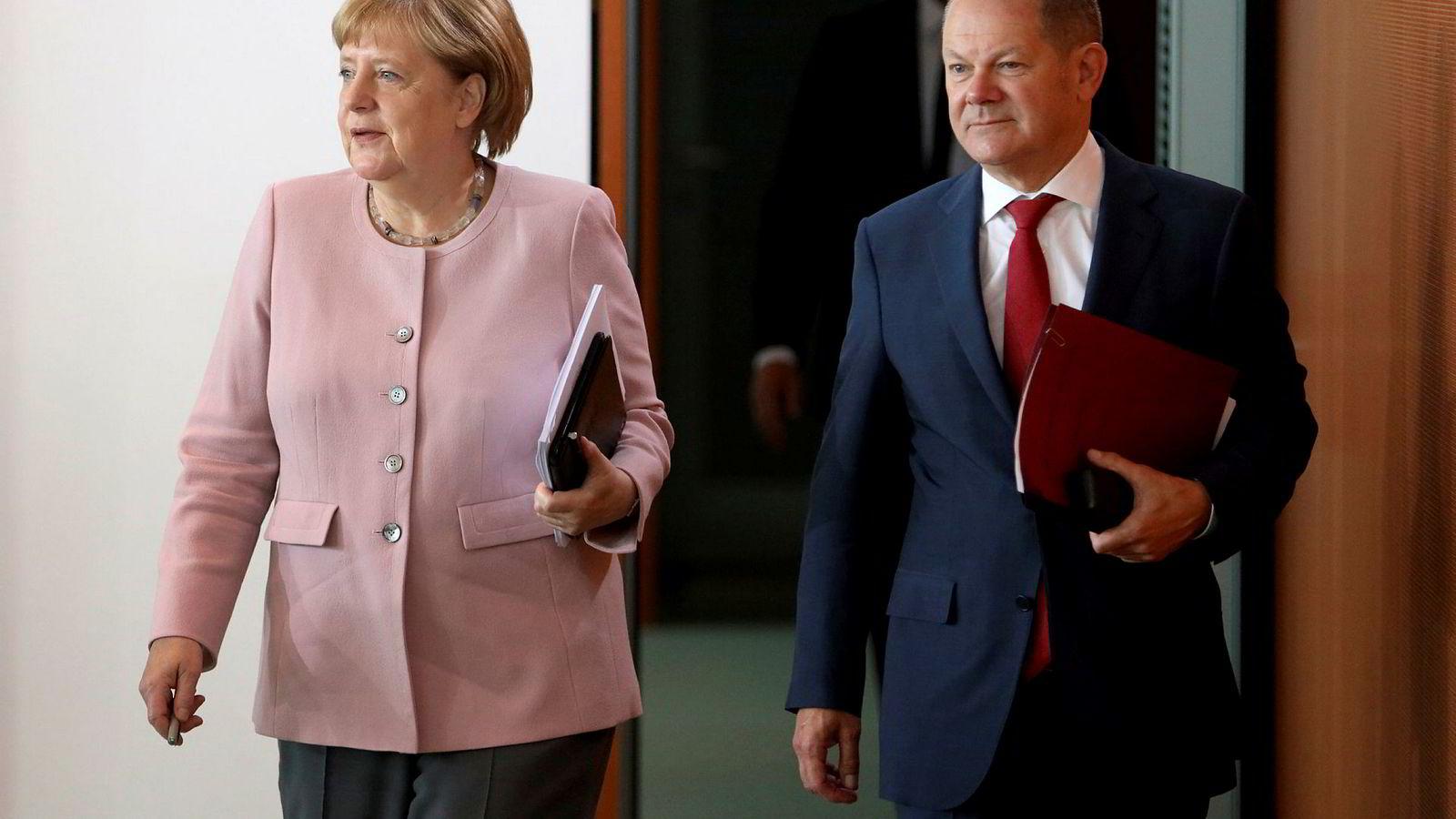 Tysklands statsminister Angela Merkel sammen med visestatsminister Olaf Scholz, som er klar til å kaste seg inn i lederkampen i SPD.