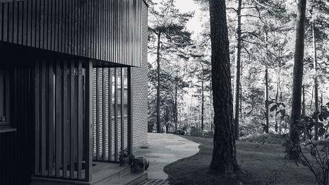 I grenseland. Huset ligger på et høydedrag på Korsvoll i Oslo, og de store furutrærne gir følelsen av å være tett på naturen.