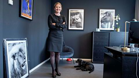 Kine Burøy-Olsen, toppsjef i oppkjøpsfondet Cubera, tror fordommer bidrar til å holde kvinner unna bransjen. – Mange tror at du må jobbe med excel, knuse tall og jobbe skjorten av deg. Og at du ikke kan kombinere det med noe annet. Min erfaring er at det er feil. Her er hun på kontoret med hunden Tinka.
