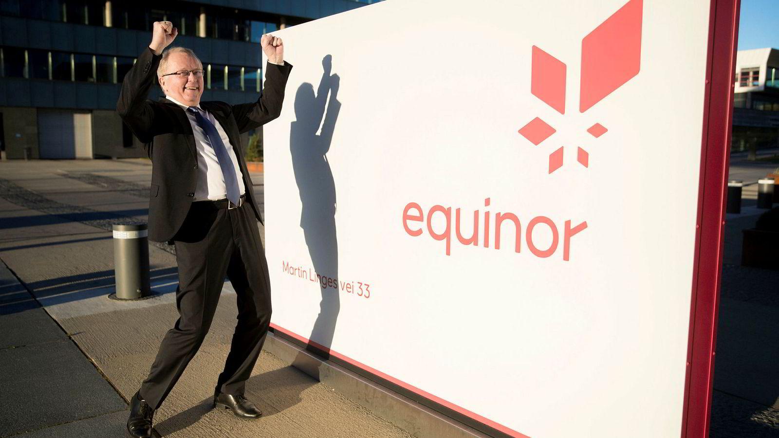 Konsernsjef Eldar Sætre i Equinor, her i et lystig øyeblikk utenfor oljeselskapets kontorer på Fornebu, Oslo.