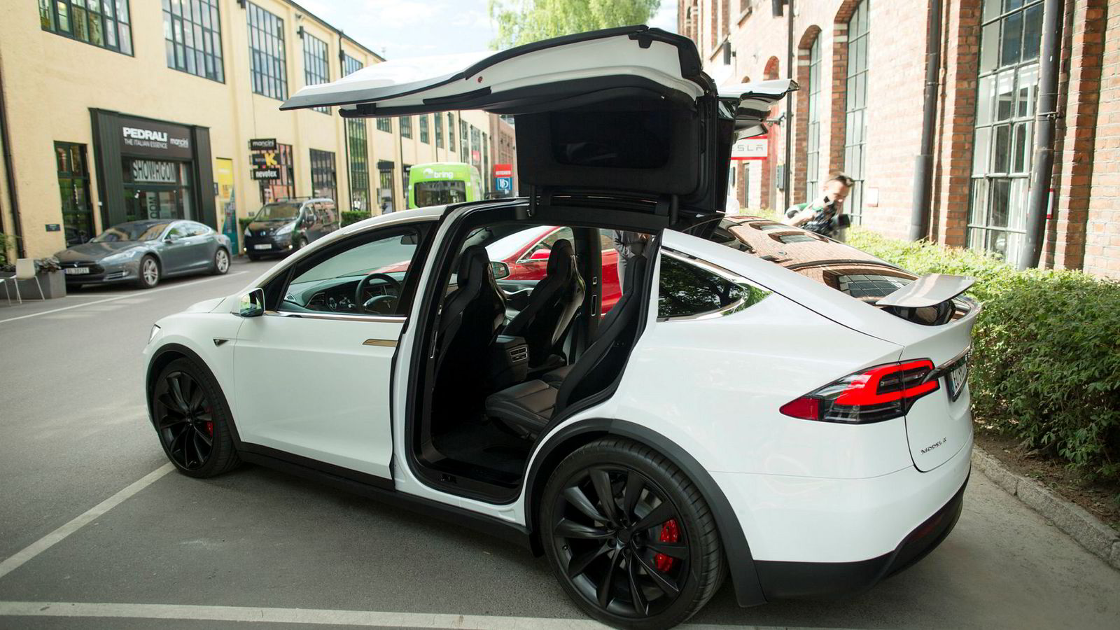 I USA har det allerede skjedd dødsulykker der sjåføren har brukt Teslas «autopilot», skriver artikkelforfatteren.