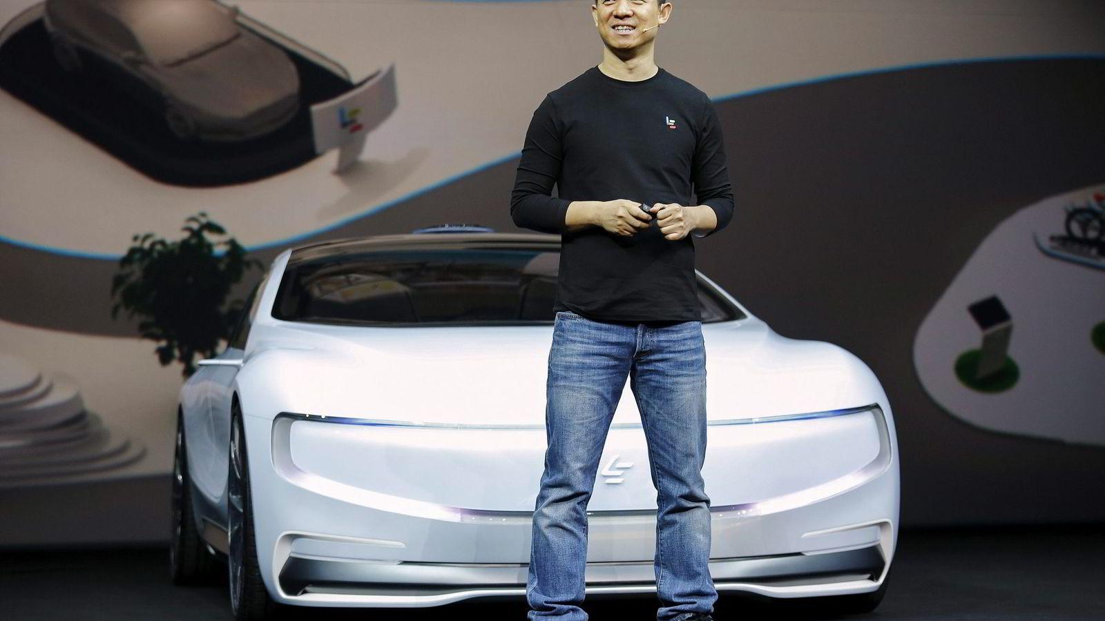 LeEco-gründer og konsernsjef Jia Yueting viser frem prototypen av LeSee, som skal konkurrere med Tesla. Foto: Damir Sagolj/Reuters/NTB Scanpix