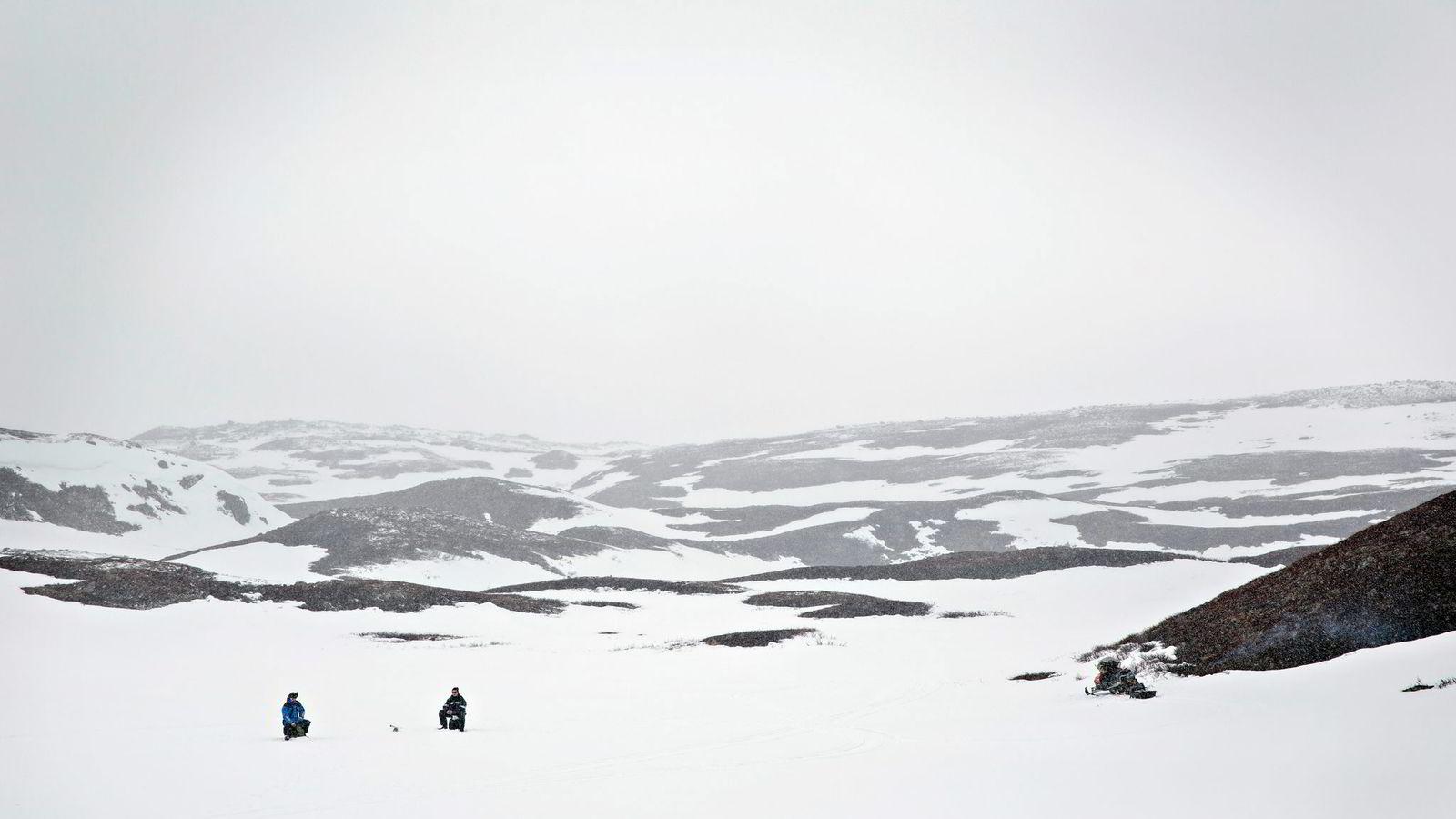 To finske sportsfiskere prøver lykken på Laksefjordvidda i Finnmark. Foto: Aleksander Nordahl