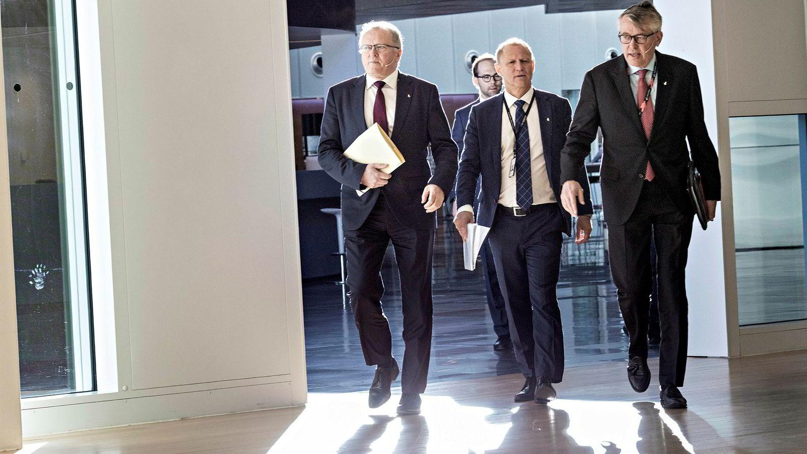 Equinor-sjef Eldar Sætre (fra venstre) ankom kvartalspresentasjonen i effektfullt baklys sammen med finansdirektør Lars Christian Bacher og kommunikasjonsdirektør Reidar Gjærum på Fornebu fredag.