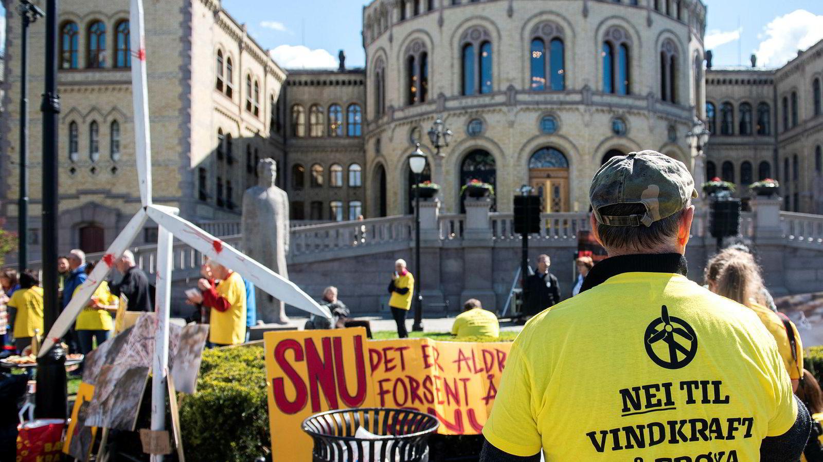Vindkraftmotstanderne fra Frøya har blant annet markert seg med protestaksjoner foran Stortinget.