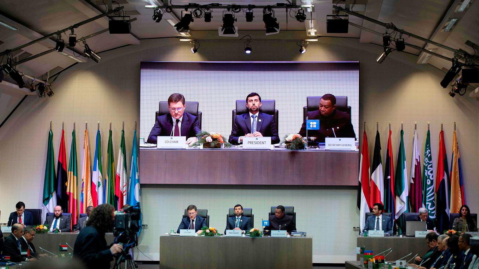 Opec-toppene Russlands energiminister Alexander Novak (fra venstre),  president i Opec og energiminister Suhail al-Mazroueiand og Opecs generalsekretær Mohammed Sanusi Barkindo.