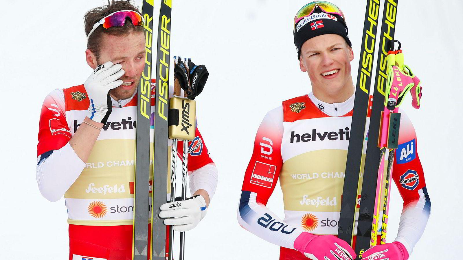 Emil Iversen og Johannes Høsflot Klæbo etter seieren i finalen i lagsprint i ski-VM i Seefeld.