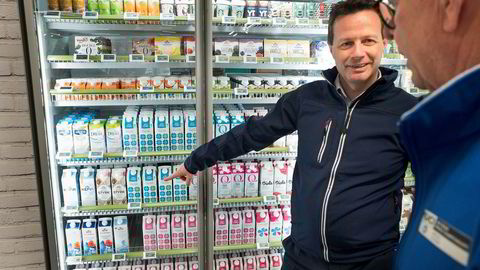 Norgesgruppens konsernsjef Runar Hollevik har jobbet med å effektivisere Norgesgruppen. Her på besøk i nærbutikken Joker i Rømskog.