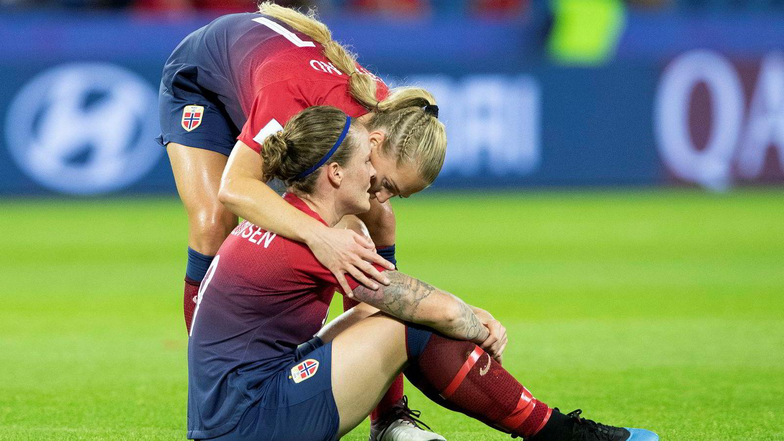 Isabell Lehn Herlovsen og Lisa-Marie Utland fortvilte, mens de engelske spillerne jublet etter torsdagens kvartfinale mot England på Stade Océane, som endte 3–0 til England.