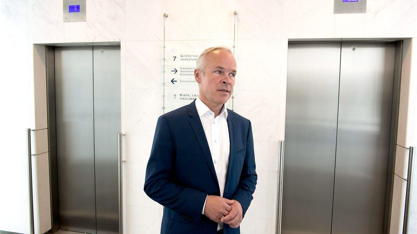 Artikkelforfatteren mener digitaliseringen av offentlig sektor går med museskritt, etter at statsminister Erna Solberg og kommunal- og moderniseringsminister Jan Tore Sanner i valgkampen 2013 lovet å tilføre handlekraft og gjennomføringsevne til forvaltningen.