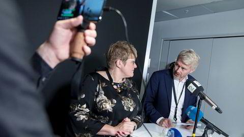 TV 2-sjef Olav Sandnes og kulturminister Trine Skei Grande undertegnet avtalen som gir tv-selskapet inntil 135 millioner kroner i statsstøtte hvert år i fem år fremover.