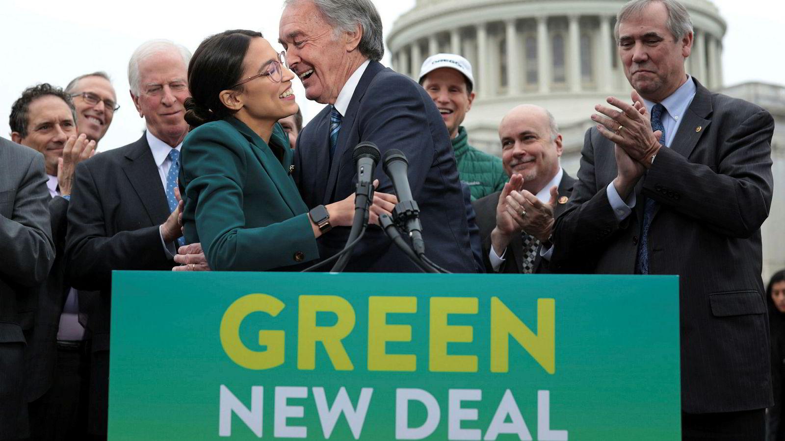 Senator Ed Markey omfavner representant Alexandria Ocasio-Cortez på en pressekonferanse foran Capitol Hill i forbindelse med fremleggelsen av Demokratenes klimaplan Green New Deal.