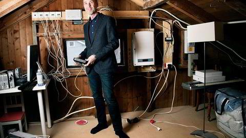 Kristofer Anker (48) gleder seg til å bytte ut Get-kabelen med fiberlinje fra Telenor i tomannsboligen på Vækerø i Oslo. Foto: Elin Høyland