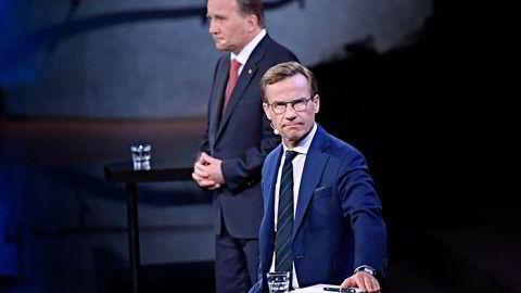 Moderaternas partileder Ulf Kristersson (foran) har tatt initiativ til samtaler med statsminister Stefan Löfven, som inntil videre leder en overggansregjering. Her fra en valgdebatt i sommer.